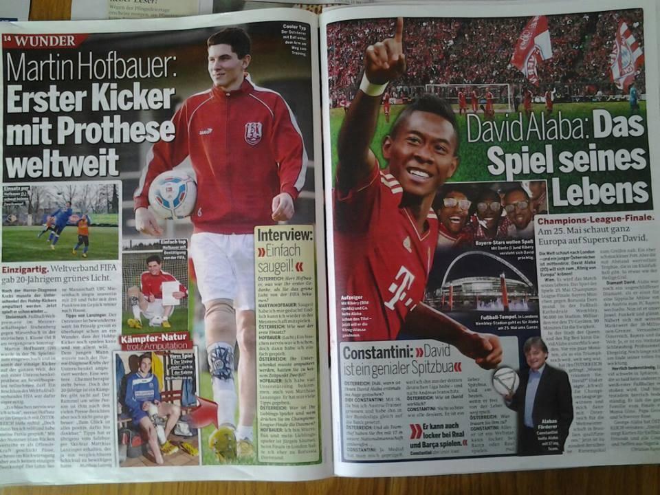 Bericht in Österreich von 2 rot gekleideten Fußballern