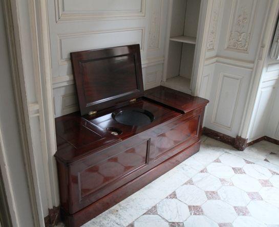 This is versailles toilet or cabinet de la chaise l for Maison de la chaise