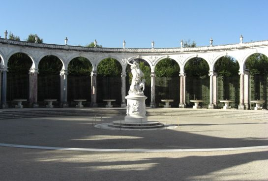 Colonnade -- © 2009 by Janine Schreiber