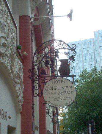 Restaurantschild mit Blick auf das Gildehofcenter