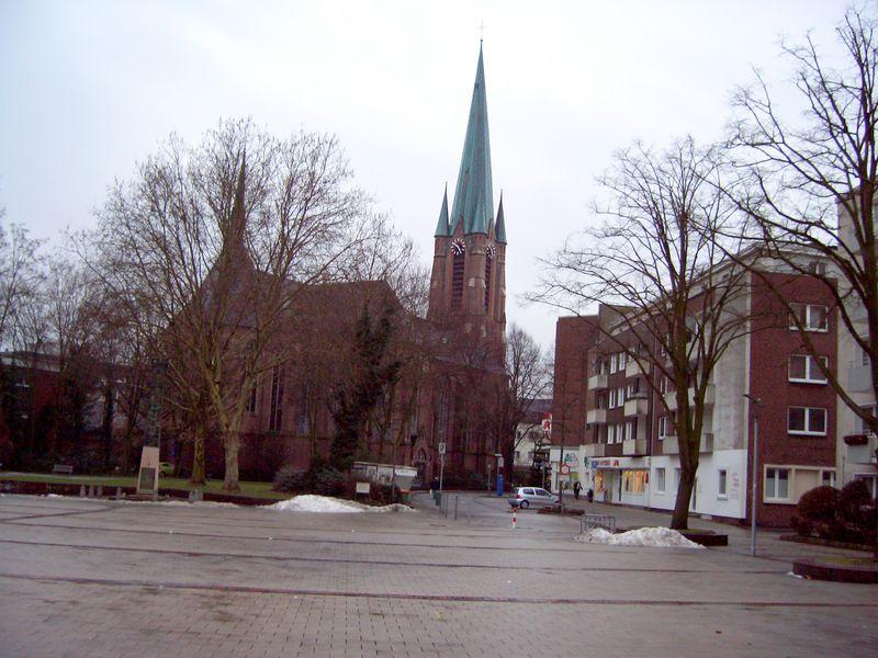 Josef- Büscher- Platz mit Blick auf die Kirche