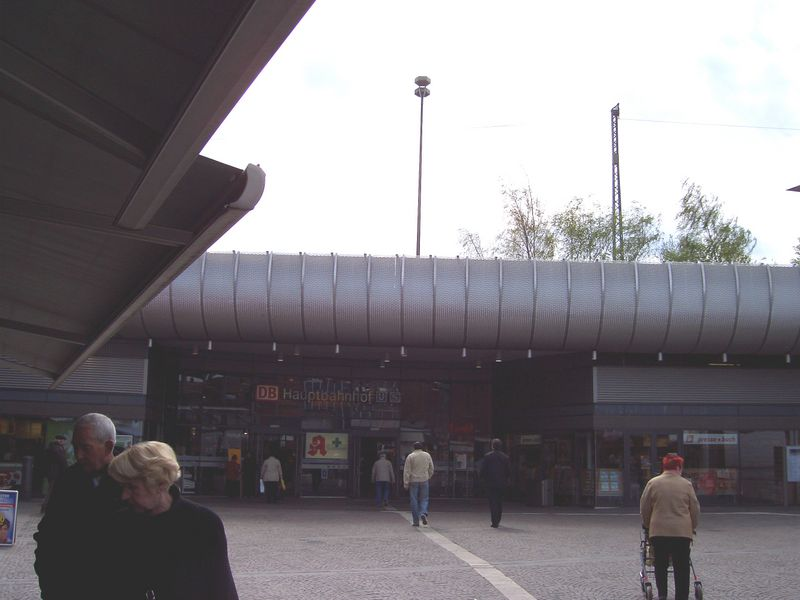 Einganz um Bahnhof