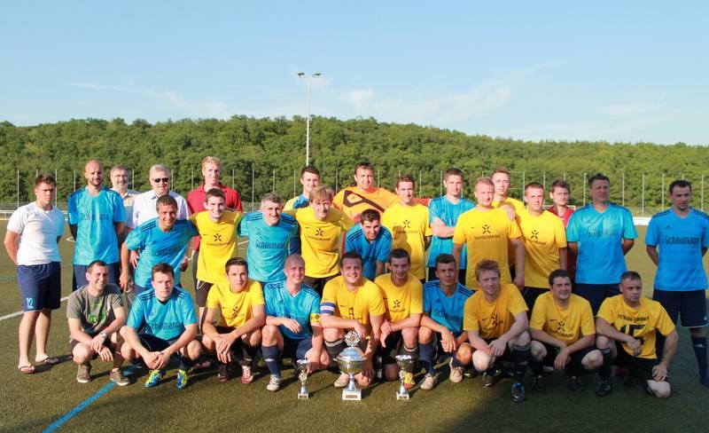 FC Rubin (gelbe Trikots) und FC Sturm Darmstadt (hellblaue Trikots) Dritten v. hinten links: Landtagskandidat Joachim Veyhelmann; Vierter v. hinten links: Bürgermeister Martin Richard