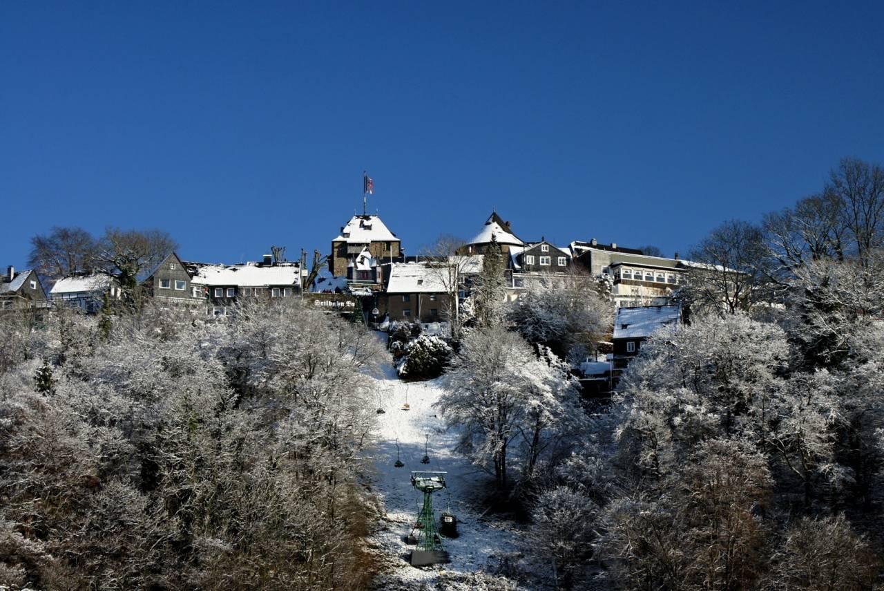 Seilbahn Sessellift Schloss Burg an der Wupper Solingen NRW Germany Winter cold kalt Schnee
