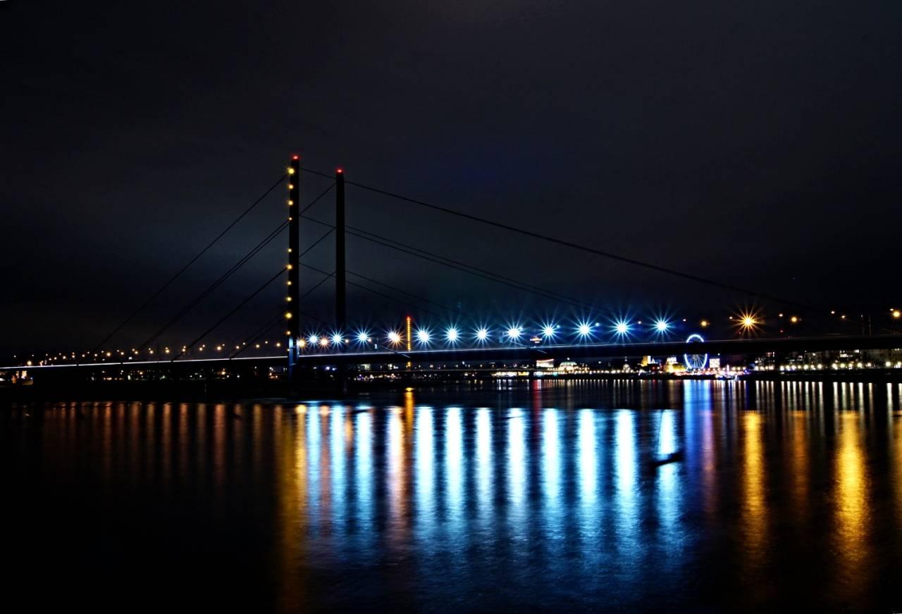 Rheinkniebrücke  Düsseldorf  bei Nacht, mit Langzeitbelichtung