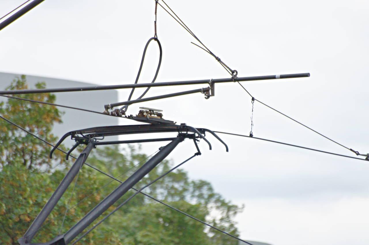 Oberleitung mit Stromabnehmer von einer Straßenbahn