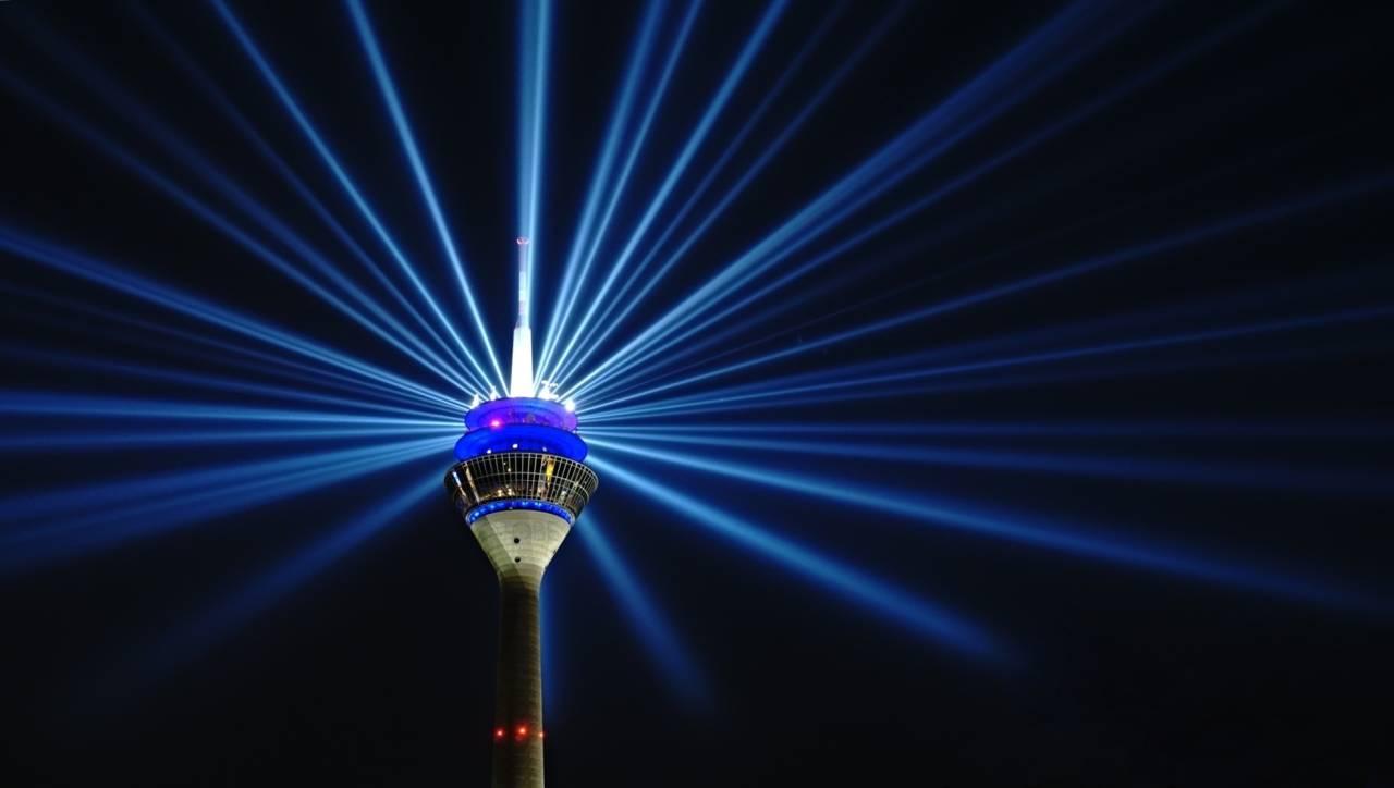Düsseldorf, Rheinkomet, Lichtinstallation, 56 Xenon-Gasentladungslampen, 195 Metern, NRW, Germany, Landeshauptstadt