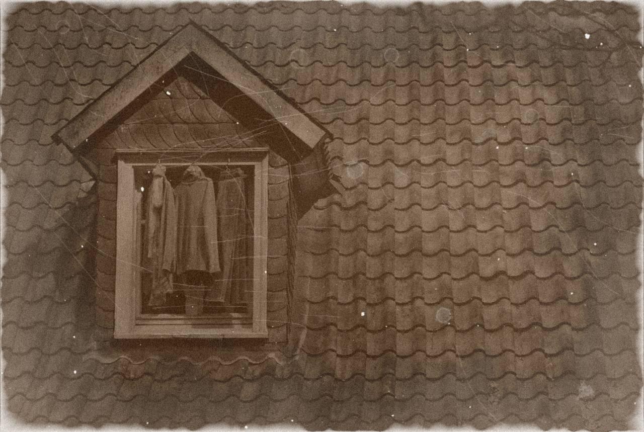 Dachstuhl Ziegel Alt old Fenster Kleidung lüften