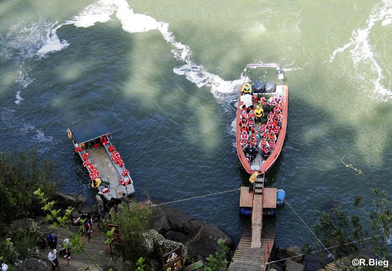 Hier legen auch Boote ab, mit denen man ganz nah an die Fälle kommt