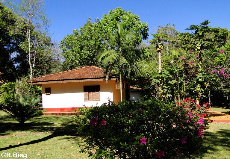 Die Unterkünfte und der schöne Garten des Hotels