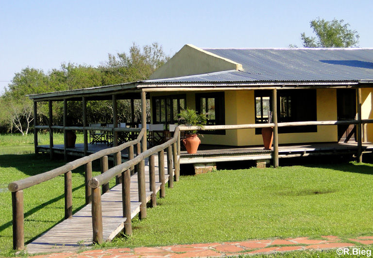 Das Haupthaus der Irupé-Lodge