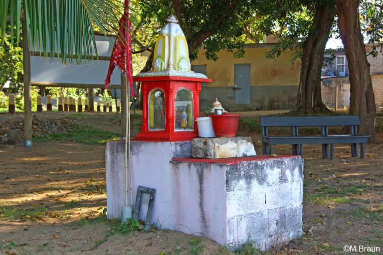 Hier stehen kleine hinduistische Statuen und Schreine