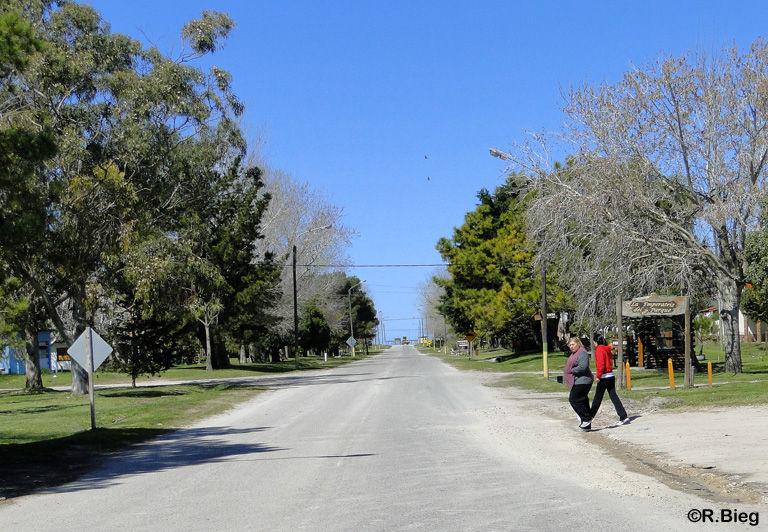 Die Hauptstraße des winzigen Ortes