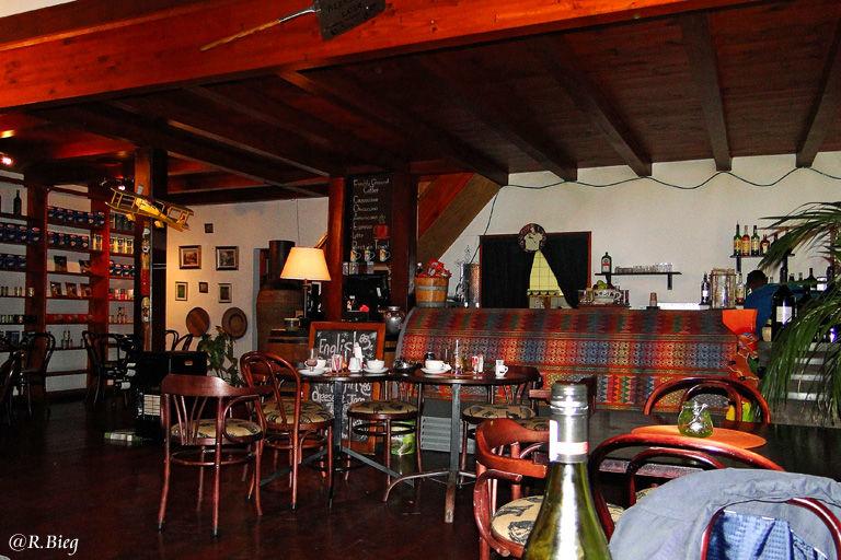 Das gemütliche Woodpecker-Restaurant gegenüber der Country Lodge