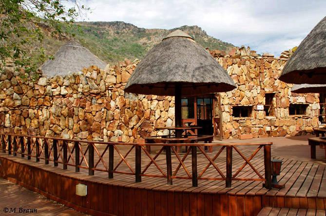 Das Ntshondwe Camp - vor dem Restaurant