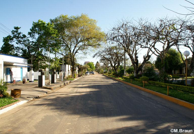 Die Hauptstraße - das einzige geteerte Stück Straße hier