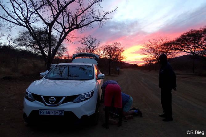 Eine fiese Reifenpanne, aber bei schönem Sonnenuntergang