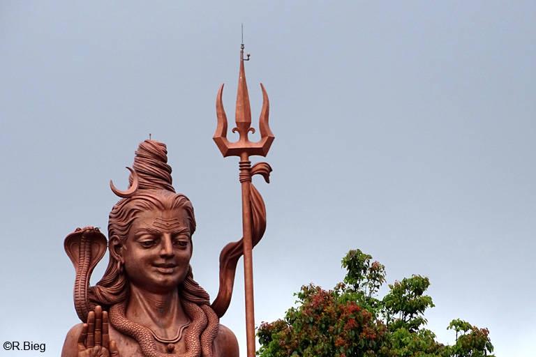 Shiva, die riesige Statue am Eingang zum Ganga Talao