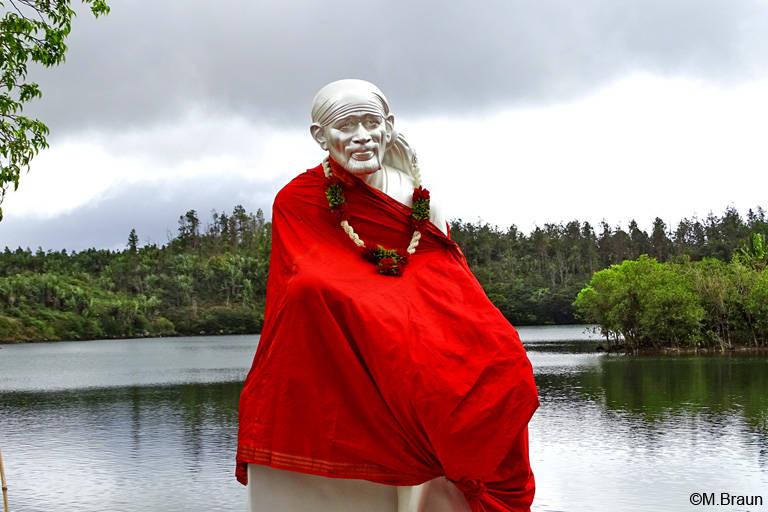 Am Ufer stehen Statuen indischer Gottheiten