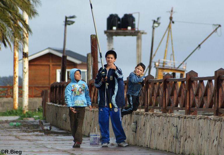 Die Jungs angeln für das Abendbrot