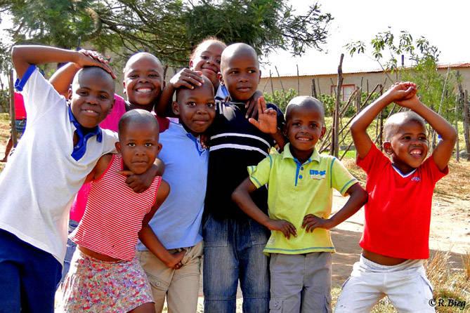 Kinder in einem Dorf. - sie wollten unbedingt fotografiert werden