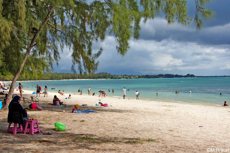 Strandleben am öffentlichen Strand von Pereybere