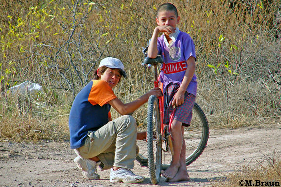 Jungs mit Fahrrad mitten im Nichts