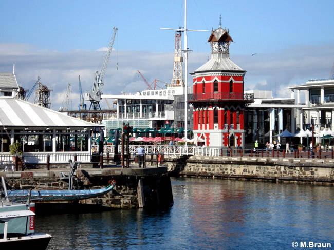 Der rote Uhrturm an der Waterfront
