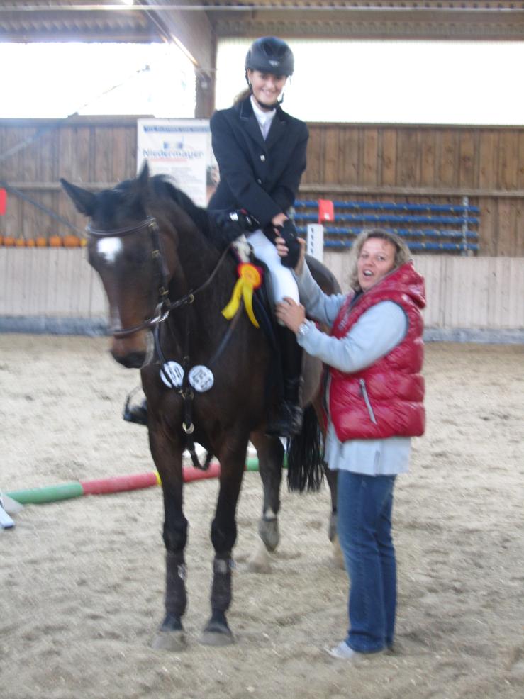 Die Siegerin im Springwettbewerb der Klasse A, Shari Abele mit Coralyn, zusammen mit Tatjana Henn, Turnierleitung RFV Schefflenz