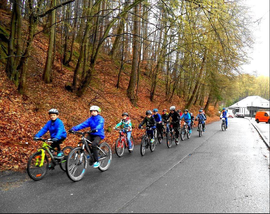 Radfahren im Gelände - Osterferien 2016 - Wir fahren in Zweierreihe im Straßenverkehr