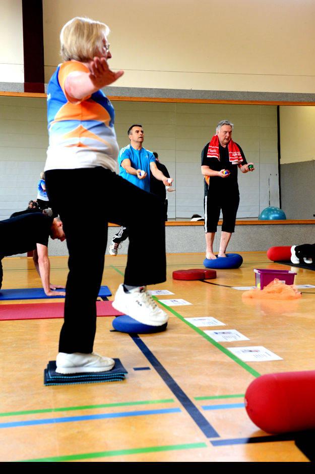 Stabilisierung des Fußgelenkes - Rückenmuskulatur - Parallelball zur Förderung der Koordination