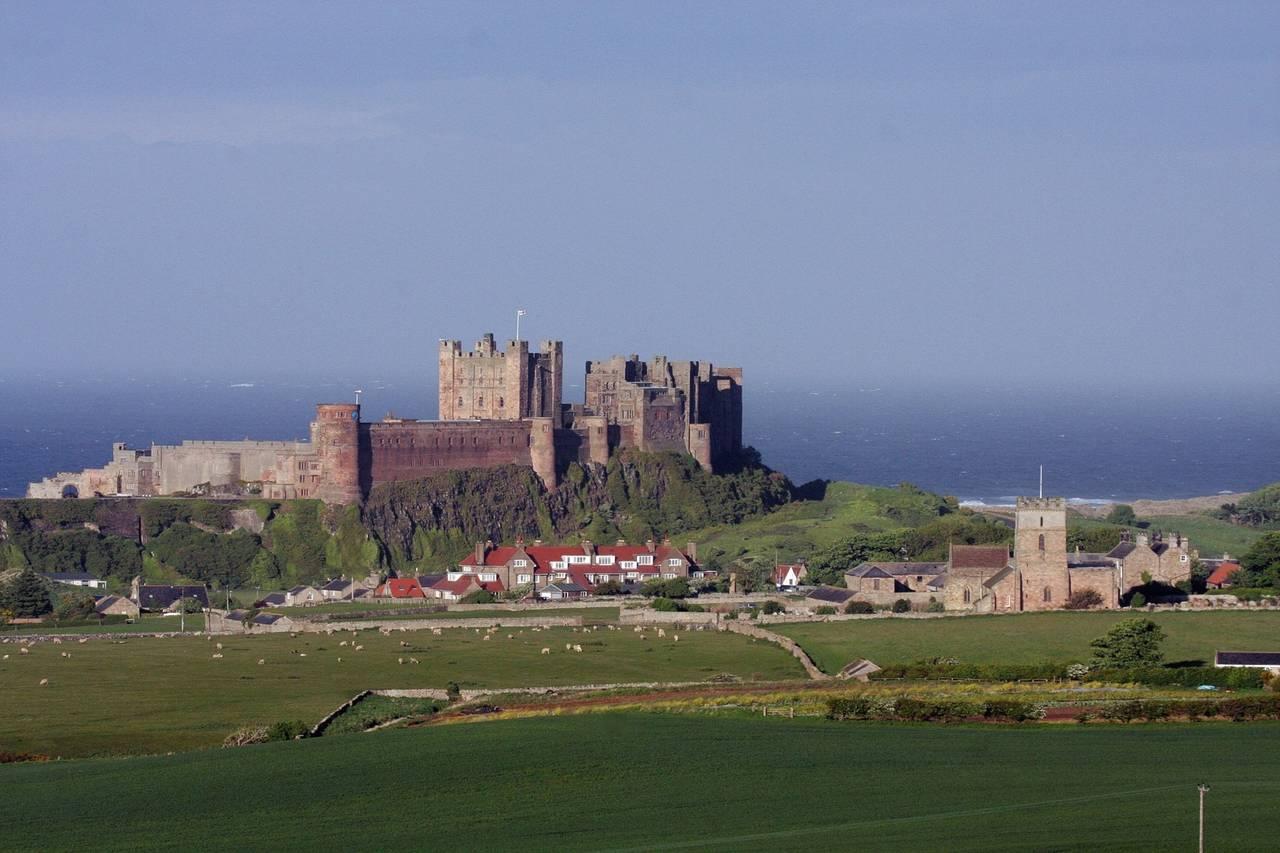 """Bamburgh-Castle an der Stelle, wo einst Oswalds """"Burg"""" stand"""