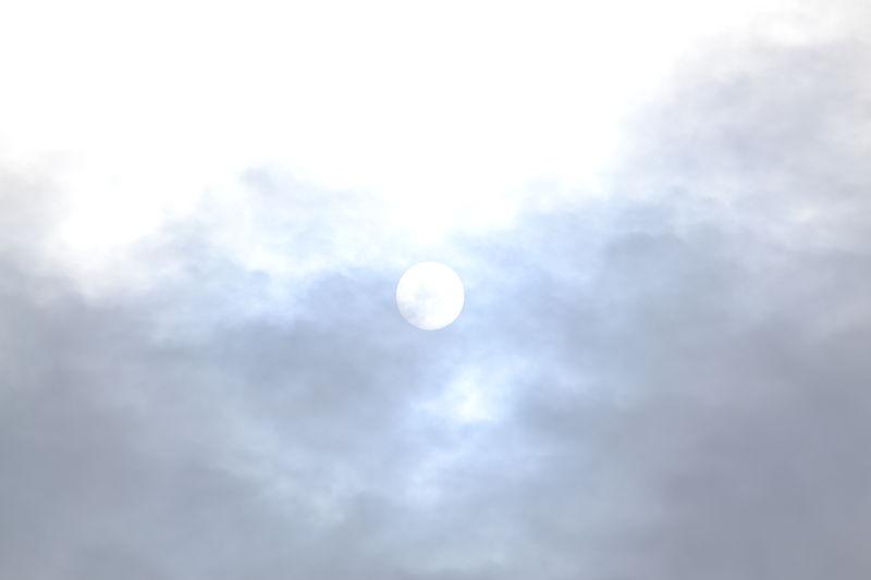 Sonne kämpft sich durch Wolken