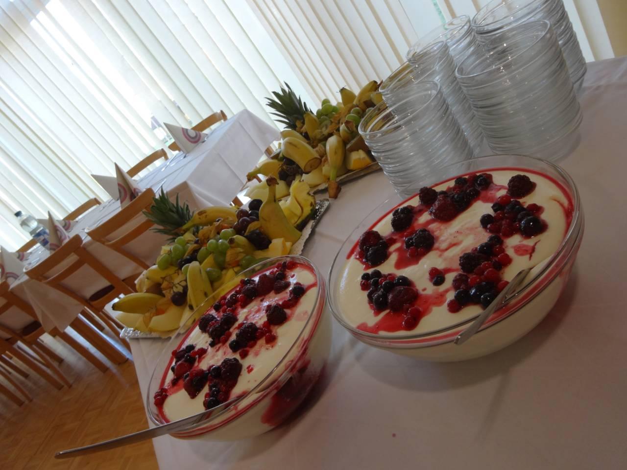 Buffet-Nachtisch mit Frucht-Joghurt, Obstplatte mit Ananas, Melone, Trauben, Bananen u.a.