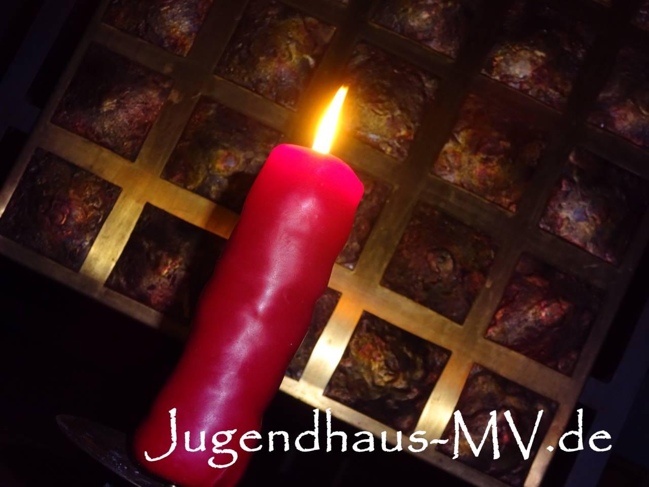 Eine brennende neue Recycling-Kerze - hergestellt aus Kerzenresten & Altwachs beim Wachsrecycling