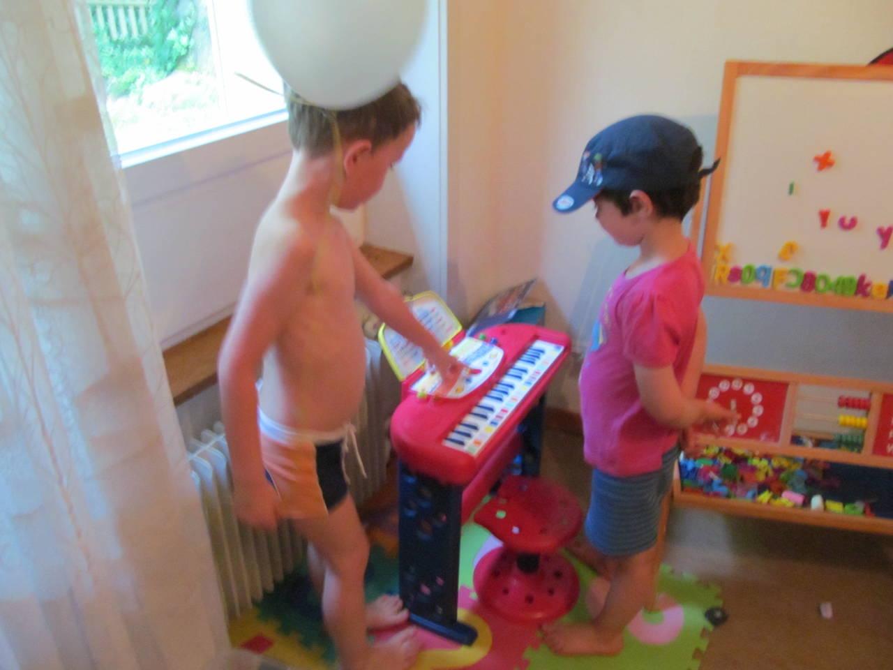 kinder spielen drinnen