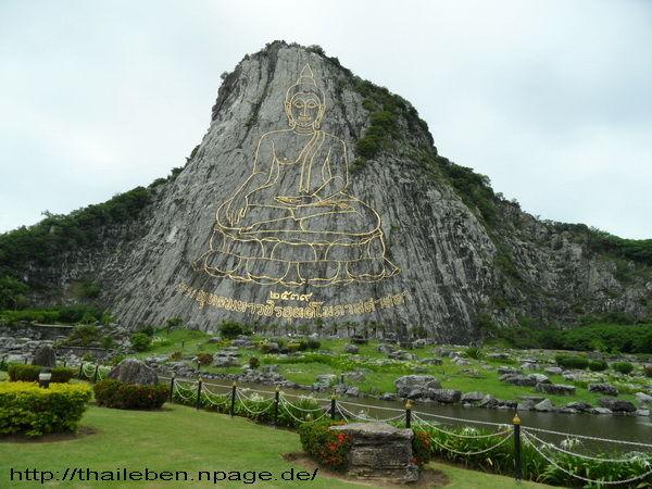 Goldener Carved buddha im Fels