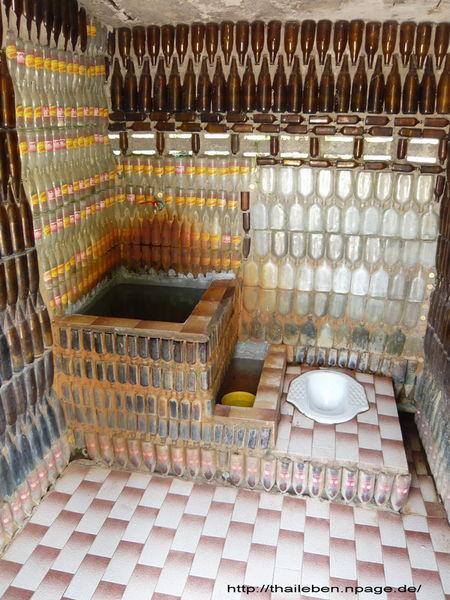 Originelle Toilette aus Flaschen