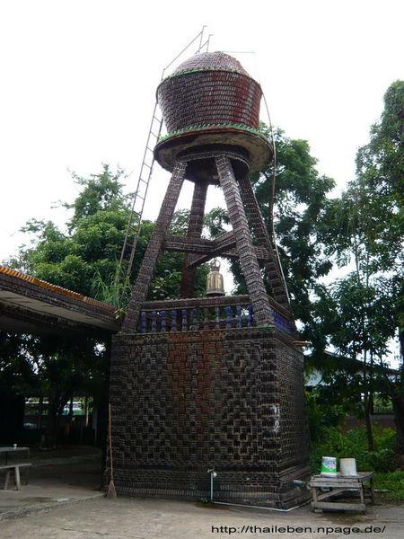 Wasserturm aus Flaschen