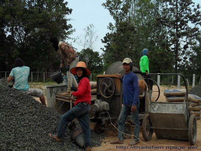 Arbeiter beim Betonmischen