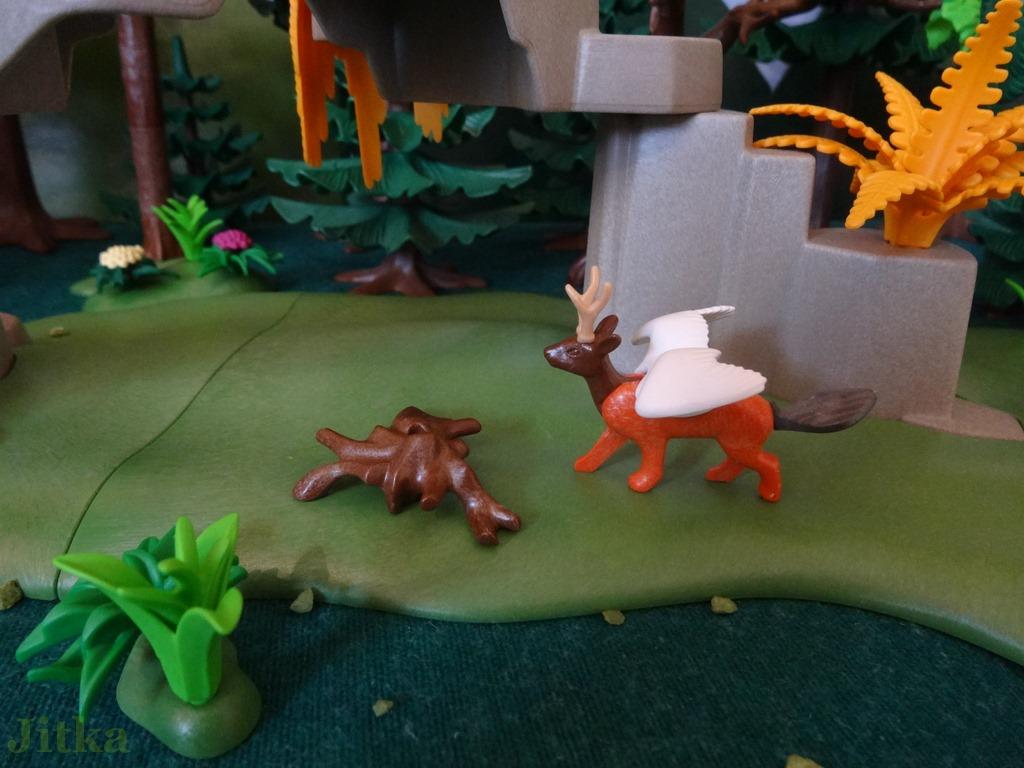 Foto Der Wolpertinger (ein Tier mit dem Körper eines Fuches, dem Kopf eines jungen Rehbocks, den Flügel eines Schwans und dem Schwanz eines Bibers) erkundet den verlassenen Lagerplatz.