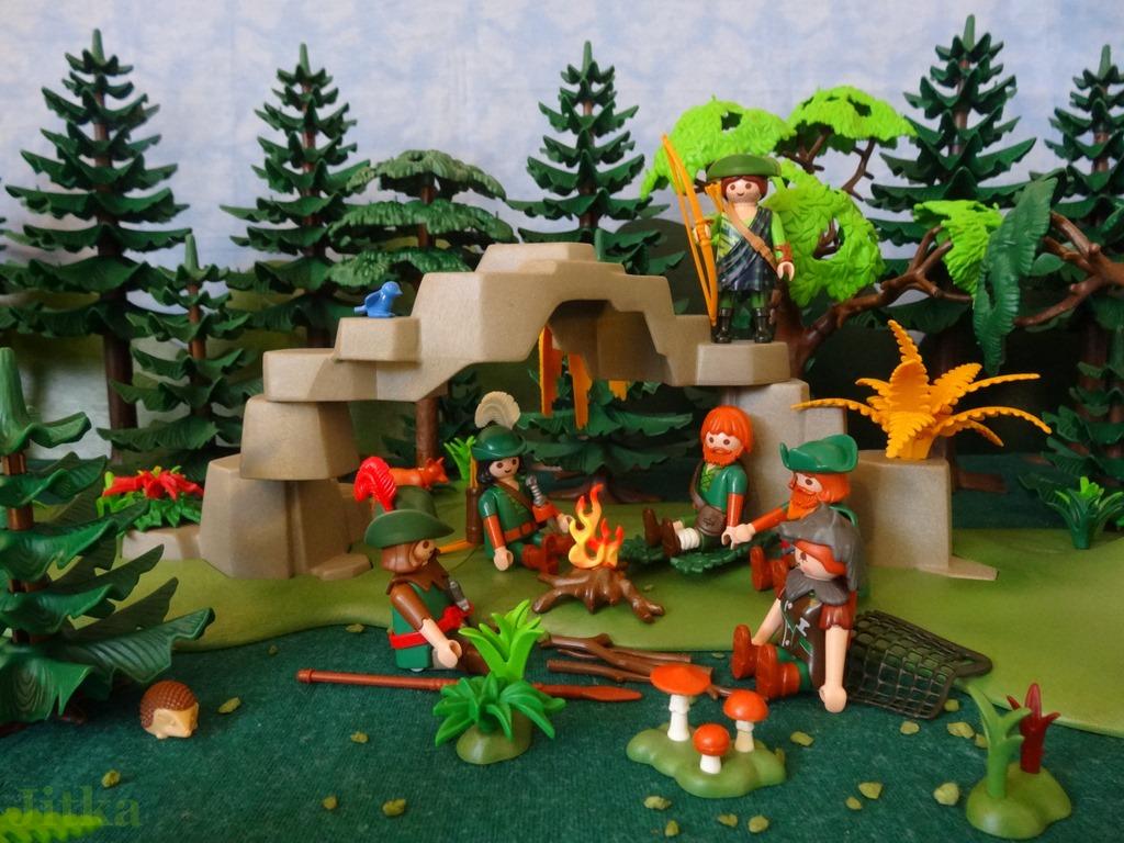 Foto Die Jäger sitzen am Lagerfeuer, einer der Jäger hält Wache.