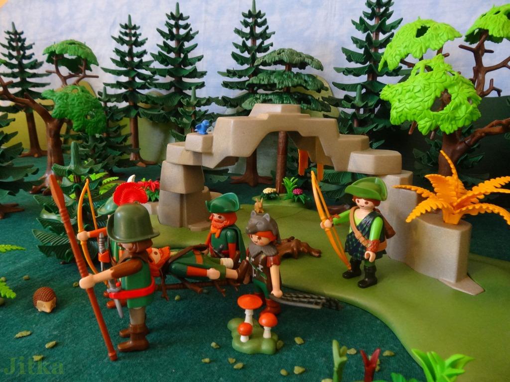 Foto Die Jäger tragen Thoralf auf einer Trage aus Ästen aus dem Wald