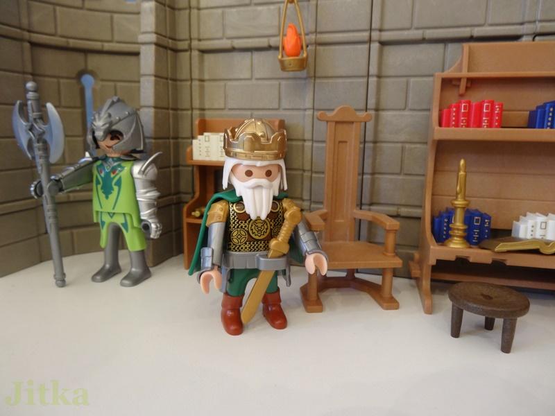 König Kunibert in seinen Studierzimmer.