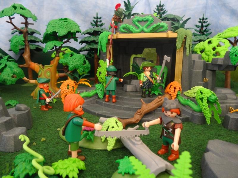 Die Jäger befreien dem Tempel von Unkraut.