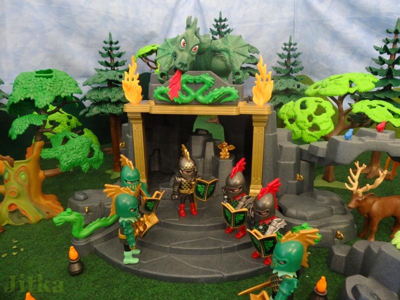 Der Drache sitzt auf dem Tempel und schaut wohlwollend auf die Ritter der Garde herunter.