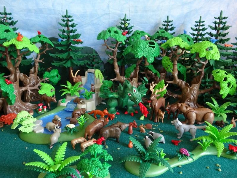 Foto Der grüne Drache umringt von den Tieren des Waldes