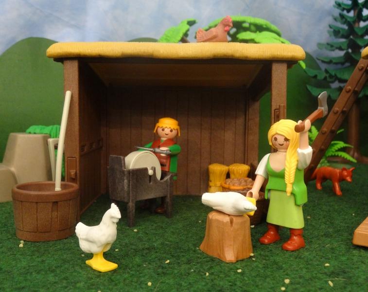 Eine Bäuerin schlachtet ein Huhn, während ihr Mann am Schleifstein ein Messer wetzt. Im Hintergrund sieht man einen Fuchs im Gebüsch.
