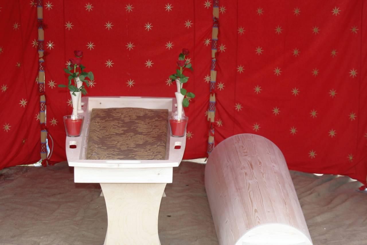 Der Verleih exklusiver Zelte zur Totenmesse, Bestattung,Trauer, Beileidsbezeugung oder Aufbahrung.  Auf stilvolle Weise ein Zelt in Ihrer eigenen Umgebung oder als Mittel, um beispielsweise einen intimen Raum in einem Kirchengebäude zu kreieren.Persönliche GestaltungDas Abschiednehmen von einem geliebten Menschen verdient Aufmerksamkeit und Sorgfalt. Immer mehr Menschen entscheiden sich für eine eigene, persönliche Gestaltung einer Totenmesse oder eines Begräbnisses.  Unsere Zelte können der Totenmesse/ dem Begräbnis diese Gestaltung geben. Rufen Sie uns für weitere Informationen unter der Nummer 0031-546840447 an Friedhof Aufgrund der Größe unserer Zelte können diese auch ein ausgezeichneter Schutz vor Regen und auch Sonne auf dem Friedhof sein.Auf- und AbbauDer Auf- und Abbau vollzieht sich auf eine diskrete Weise, bei der Ihre Wünsche von zentraler Bedeutung sind.