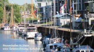 Viele Geschäfte und Restaurante umgeben den idyllischen Binnenhafen von Stade